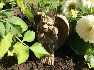 Meillä ei ole puutarhatontuua eikä -enkeliä, vaan pieni sarvipää. Kaikkea sitä tuleekin ostettua sieltä puutarhakaupasta.